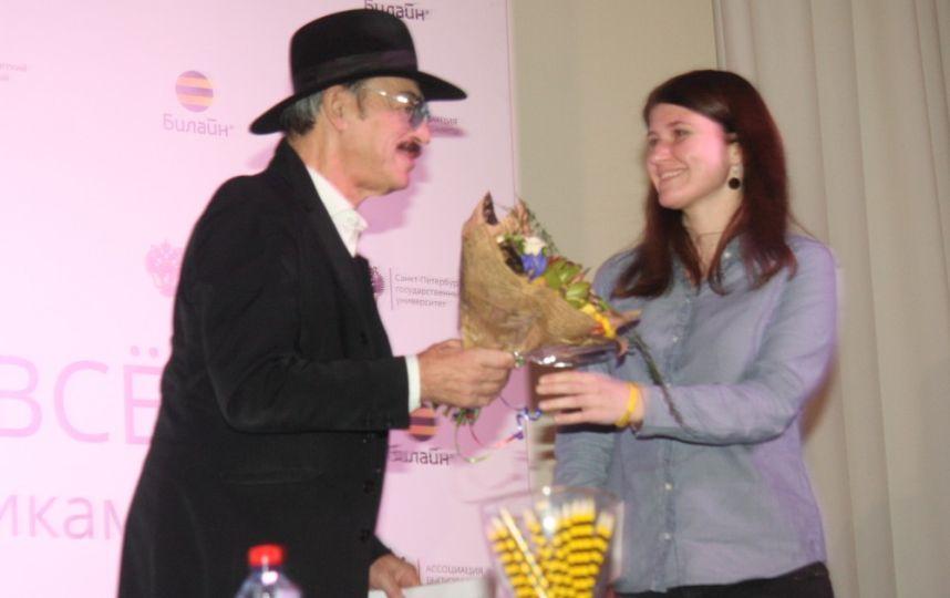 Михаил Сергеевич предстал перед публикой в неизменной черной шляпе