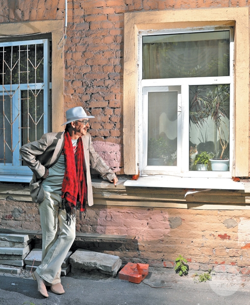 Рядом со своим домом на Гончарной улице